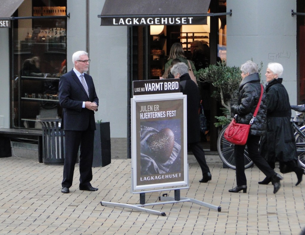 Borgmesteren bijobber foran Lagkagehuset i Vestergade 1.