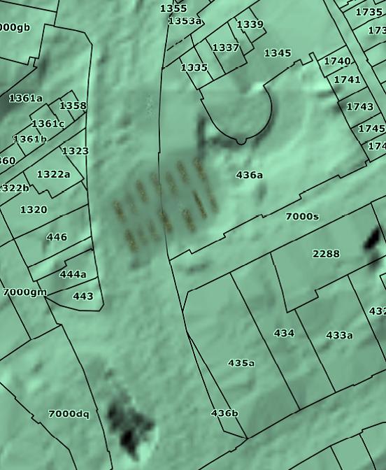 Den formentlig muslimske gravplads ses omtrent midt i billedet. Umiddelbart til højre for gravpladsen ses Lotzes Have.
