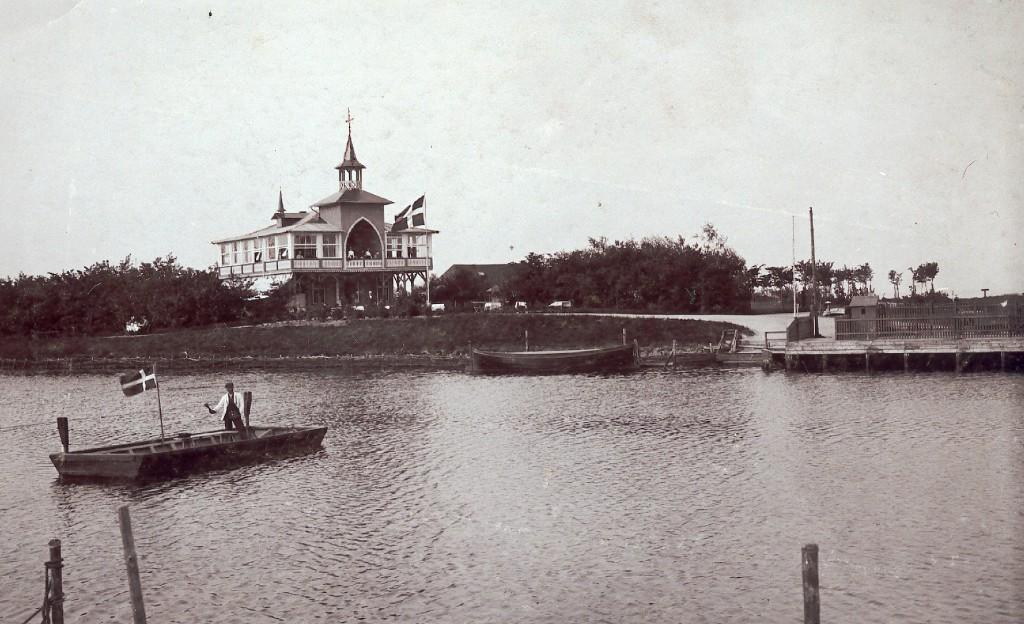 Fra 1895 til 1950 mødtes mange Stige-boerne på Søpavillonen på Stige Ø. Fremover kan de mødes i restauranten og på dækket af den nye færge.  Øfærgen på billedet blev i 1903 suppleret med den seneste færge til Bogø